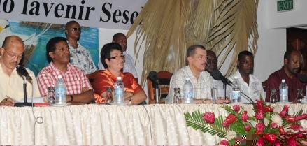 Prezidan Michel i adres bann zabitan Baie Ste Anne pandan miting Sanmdi
