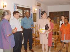 Notre photo montre de gauche à droite le directeur M. D'Offay, le chef de la délégation M. Chen, le Ministre Meriton et d'autres responsables présents lundi à la Maison des Arts