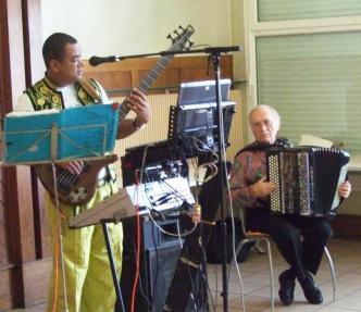 Dave Sinon jouant avec Claude Lemire, l'un des plus grands joueurs français d'accordéon