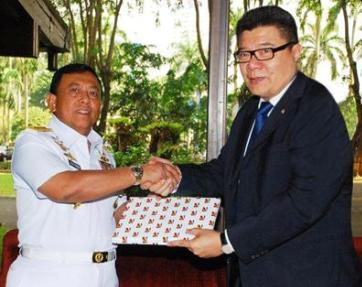 Mr Barito presents the Chief of Naval Staff of Indonesian Navy, Admiral Soeparno, with books on Seychelles, a souvenir from the SPDF, and a copy of Captain Francis Roucou's book entitled 88 Days