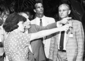 M. et Mme Mitterand lors de leur visite de la Vallée de Mai en 1990