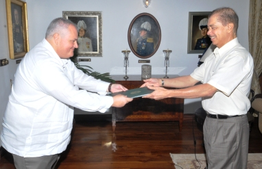 Mr Luz presents his credentials to President Michel