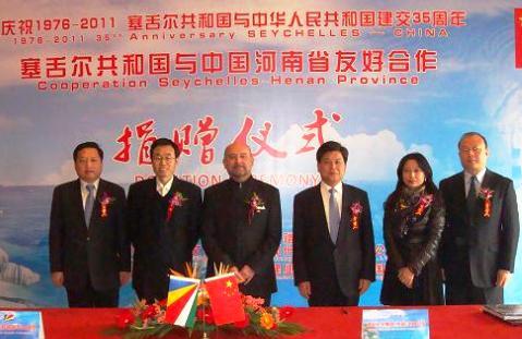 Mr Le Gall (3rd left) with counselor Wang, deputy director general Guo, Mrs Yang Bing, president's assistant of Jianye Group and Li Xiao Guang, vice GM of Zhengzhou Synear Foods Co, Ltd