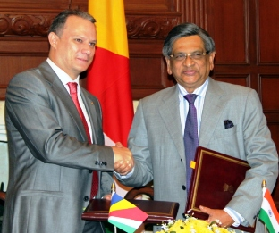 Minister Adam exchanging documents with his counterpart the Minister for External Affairs, S. M. Krishna