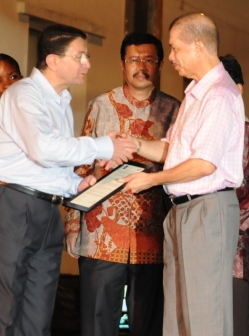 President Michel accepts the letter from Mr Rifai