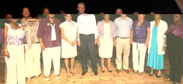 Photo souvenir du Ministre Adam (4ème à partir de la droite), M. D'Offay et des membres de la FPOI