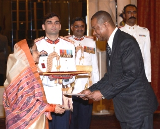 Mr William presents his credentials to President Patil