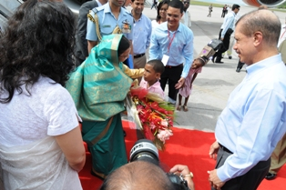 President Patil receives a bouquet of flowers from a pupil Ryan Marie