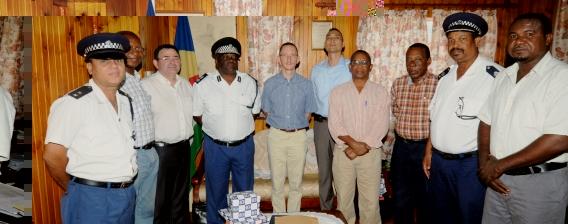 Le Colonel Michel (3ème à partir de la gauche sur cette photo souvenir) souhaite que la gendarmerie réunionnaise puisse apporter une collaboration à la police seychelloise dans un proche avenir