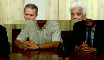 M. de l'Estrac à gauche, et le ministre Jean-Paul Adam lors de la rencontre avec la presse