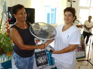 The manager of Mossack Fonseca Company, Hélène Ernesta, handing over one of the fans to the nursing officer in charge of the NEP Hospital, Garcia-Bedoya