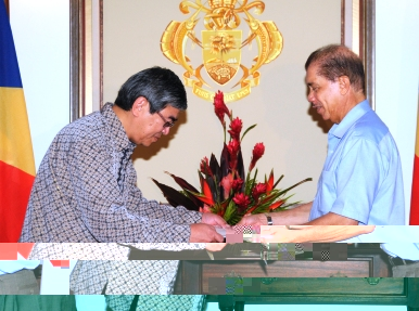 Mr Soemarno presents his credentials to President Michel