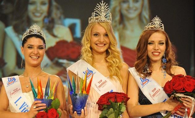 Miss Deaf World Karin Keuter flanked by 1st princess Maria Sakvarelashvili (left) and 2nd princess Mariana Laceviuková