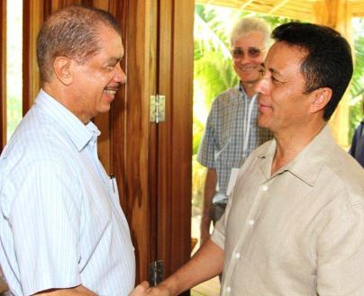 L'ex-Président malgache Marc Ravalomanana est salué à son arrivée par M. Michel