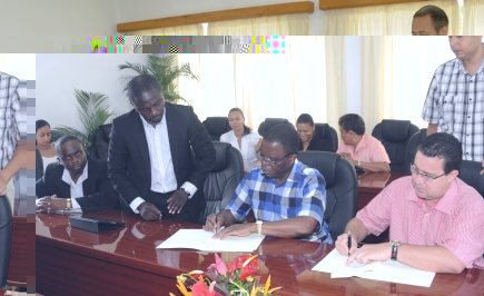 Ministers Laporte (right) and Lipenga signing the documents