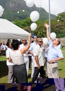 Prezidan Michel ek lezot minis i larg bann balon blan dan lezer koman en zes pour lape