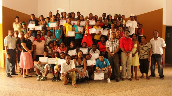Group photo of the guests, sponsors, school leaders and athletes