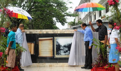 President Michel and Prof. Payet unveil the memorial