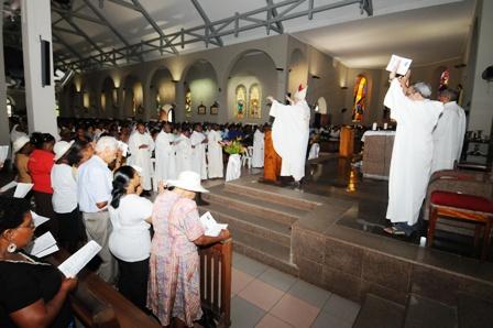 Une grande foule a assisté, hier, à la messe pontificale présidée par Mgr Denis Wiehe et concélébrée par des prêtres du diocèse