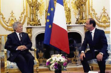 L'Ambassadeur Shamlaye (à gauche) a transmis les remerciements du Président James Michel à son homologue français, le Président François Hollande, pour le soutien de la France aux Seychelles dans plusieurs domaines