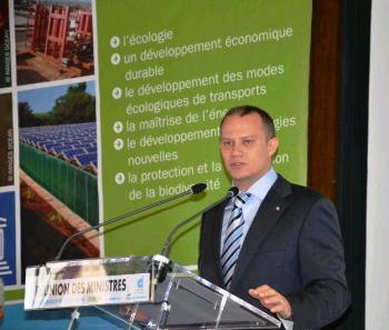 Le ministre Jean-Paul Adam donnant le coup d'envoi de la conférence des ministres et responsables du tourisme de la COI