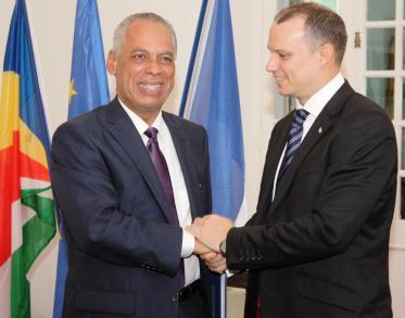 Poignée de mains entre M. Adam et le Ministre des  Outre-mer, M. Victorin Lurel