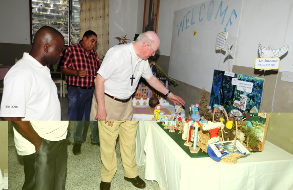 L'Evêque de Port-Victoria Denis Wiehe et des invités admirant la qualité de la crèche de l'école gagnante