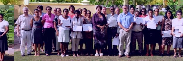 Photo souvenir des invitées et des éducateurs des pays francophones de l'Océan Indien qui avaient participé au troisième atelier régional