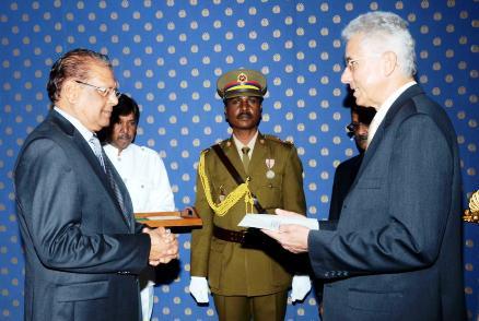 L'ambassadeur d'Offay (à droite) présentant ce mardi matin ses lettres de créance au Président Kailash Purryag