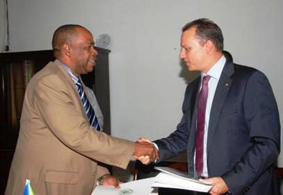 Le Ministre Adam (à droite) et le Ministre comorien du Tourisme et des Transports de l'Union, M. Rastami Mouhidine Toumane échangeant des dossiers après la signature de l'accord de partenariat sur le tourisme