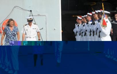 La Haute Commissaire britannique, Mme Lindsay Skoll, et le capitaine de frégate Hughes Laine inspectent la garde d'honneur