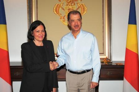La nouvelle ambassadrice Iancu avec le Président James Michel à State House après lui avoir remis ses lettres des créances