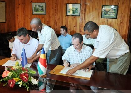 Minister Morgan and Mr Marles signing the MoU
