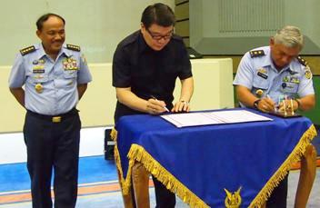 Mr Barito sign the hand-over of the EG Water technology machine with Vice-Marshall Sitompul, Logistic Assistant to the Chief of Staff of Air Force, in the presence of the Chief of Staff of the Indonesian Air Force