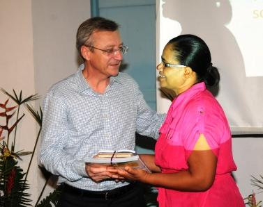 Madanm Choppy i remet en kado avek Msye Duhaime an siny rekonnesans led ki l'OIF in donn Lenstiti Kreol