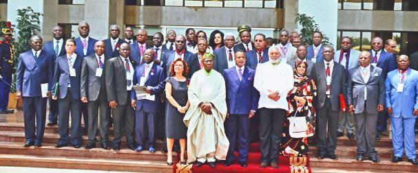 Photo de famille des Maires des villes d'Afrique et d'autres membres du comité