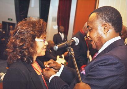 Mme Jacqueline Moustache-Belle, Maire de Victoria, est décorée par le Président de la République du Congo, M. Denis Sassou-Nguesso