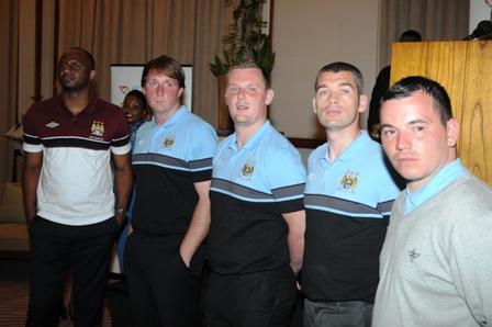 En compagnie des entraîneurs du club de Manchester City