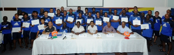 Group photo of those who took part with their certificates, the instructors and the SFF executive committee members
