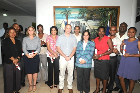 Les lauréats agents en compagnie du Ministre Adam, l'Ambassadrice Geneviève Iancu, M. Hodoul, M. Laulloo et d'autres invités