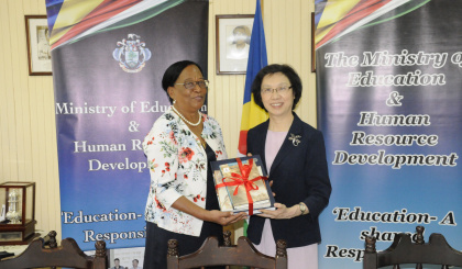 Ministry of Education receives donation of books from Shanghai